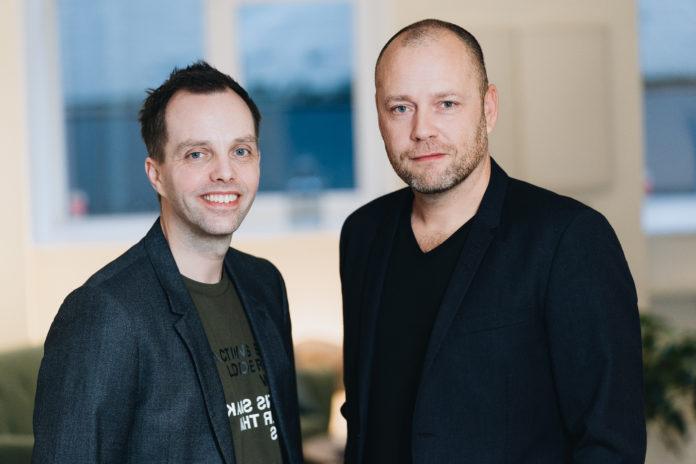 Graphisoft Center Danmark bliver ny distributør af Graphisoft produkter i Danmark. Thomas Graabæk (til venstre), arkitekt og indehaver, Formfaktor ApS bliver nu partner of direktør for Graphisoft Center Danmark. Lars Kleberg er International Sales Manager hos Graphisoft. Fotograf: Kasper Løjtved.