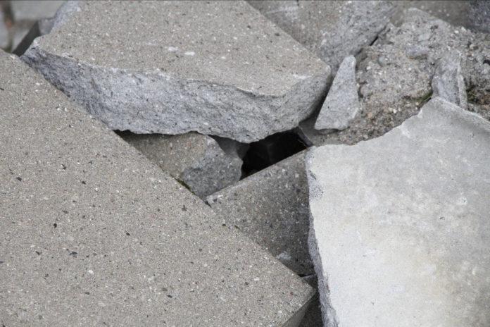 Det er muligt at genbruge og genanvende affaldsmaterialer fra nedrevne bygninger til nye formål i forsøget på at reducere miljøpåvirkningen fra bygninger. Dette kan for eksempel gøres ved at nedknuse gammelt beton og anvende det som tilslag i ny beton. Foto: Simon Lei Fredslund.