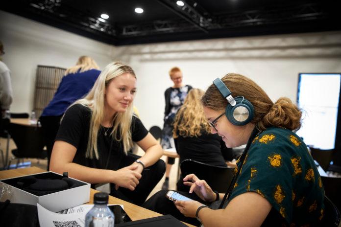 Flere kvindelige ingeniører på vej. Billedet her er frA Girls' Day in Science 2019. Foto: Bang & Olufsen.