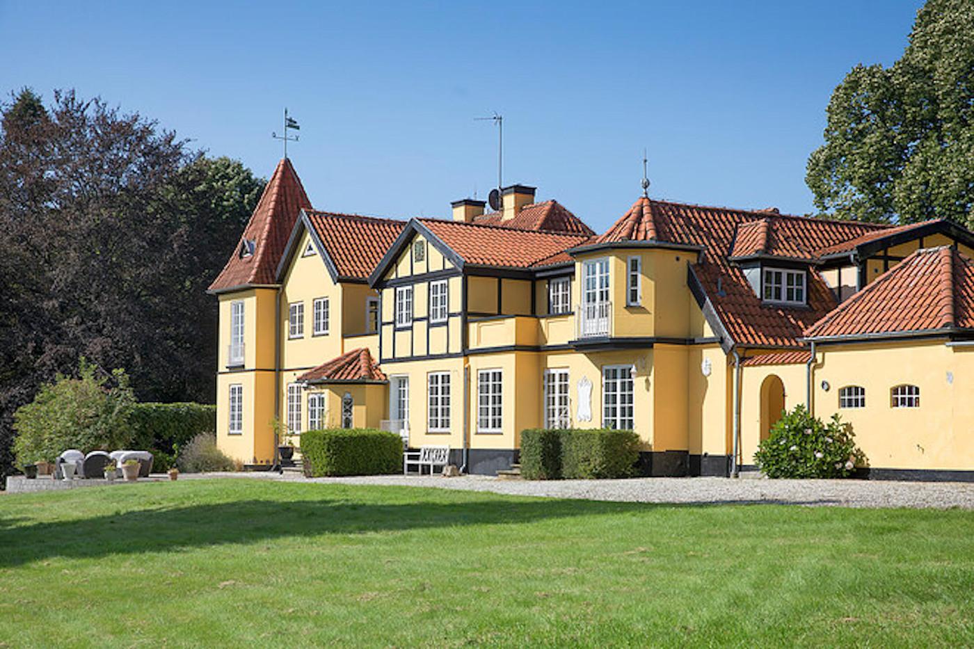 Aqua-ægtepar Lene Nystrøm og Søren Rasted solgte deres villa i Birkerød for 23,5 millioner kroner. Foto: Irving Jensen & Co. – ejendomsmæglere.